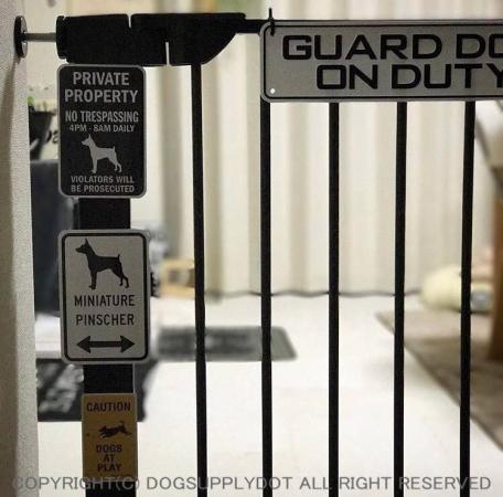 ミニチュアピンシャ―のイラスト&矢印 マグネットサインをドッグドア犬扉に貼り付けています♪
