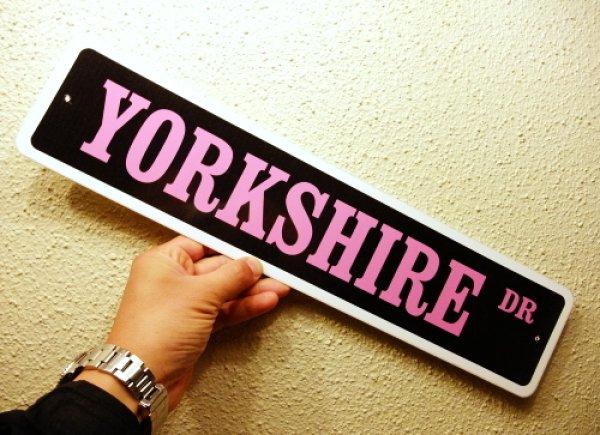 画像1: ヨークシャーテリア 英語看板 アメリカ道路標識 ストリートサインボード(黒/ピンク):YORKSHIRE DR[MADE IN U.S.A] (1)