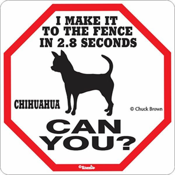 画像1: チワワ警戒中 英語看板 アメリカ輸入サインボード:I MAKE IT TO THE FENCE IN 2.8 SECONDS CHIHUAHUA CAN YOU? [MADE IN U.S.A] (1)