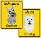 「犬が横断します」と英語で書かれた犬イラスト入りサインボード